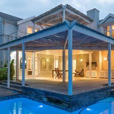 Fiddlewood is 'n moderne selfsorghuis in Thesen-eilande, Knysna. Dié vakansiehuis is naby 'n paar restaurante en 2 km vanaf Knysna se middedorp. Knysna, Beach House, Swimming Pools, Pergola, Outdoor Structures, Patio, Island, Mansions, House Styles