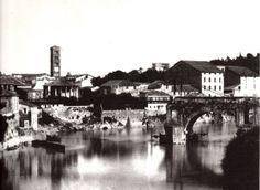 """ponte rotto e la sponda della Bocca della Verità, al centro della quale si apre la Cloaca Massima e a sinistra una delle """"passonate"""", le palizzate che convogliavano la maggior forza della corrente verso i mulini galleggianti, ma che costituivano un ostacolo al deflusso delle piene."""