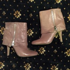 Vince Camuto Booties Leather bootie with cute zipper detail, in great condition, no trades! Vince Camuto Shoes Ankle Boots & Booties