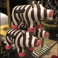 Henri Bendel Piggy Pyramid Merchandising – Fixtures Close Up Henri Bendel, Visual Merchandising, Purses, Pets, Happy, Handbags, Animals And Pets, Wallets, Ser Feliz