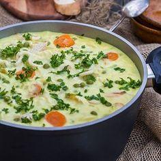 Gesundheitstechnisch stellt uns das neue Jahr ziemlich gut auf die Probe. Wir kontern mit einer wärmenden Hühnersuppe. Gut für Hals, Bauch und vor allem die Seele. Unser Hühnersüppchen, mit Curry neu interpretiert, gibt es für euch auf dem Blog. Bringt bitte Hunger und einen großen Löffel mit! ;) #suppe #suppenliebe #suppenkasper #eintopf #obepot #dishup #erkältung #Rezept #fürdieseele #lecker #hühnersuppe #familienrezept #familienzeit #leckeressen #hausgemacht #waskocheichheute Curry, Cheeseburger Chowder, Soup Recipes, Blog, Soups And Stews, Noodles, Healthy Diet Meals, Home Made, Yummy Food