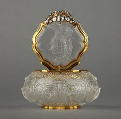 Gold Snuff box @ Wallace collection Unknown Artist / Maker Dresden, Germany Rock crystal, gold and diamonds, carved. I need this perfume bottle! Antique Perfume Bottles, Vintage Bottles, Perfumes Vintage, Bottle Box, Beautiful Perfume, Antique Glass, Antique Gold, Glass Bottles, Wine Bottles