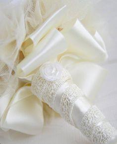 Buque com flores de tecido, broches em tom prata com pérolas.  Acabamento em fita de cetim com guipir.  Cores podem ser mudadas de acordo com vontade do cliente.  Obs: Broches mundam pois não trabalhamos com estoque.