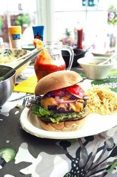 Täydellisen hampurilaispihvin valmistus. Freaking burger, kaikilla herkuilla ja tydellisellä pihvillä. Pihvi on koko hampurilaisen sielu ja ydin ja sen valmistamiseen kannattaa panostaa.