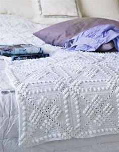 Smukt hvidt sengetæppe. De 77 firkanter passer til en halvandenmandsseng eller mindre. Hver firkant måler ca. 20 x 20 cm, så det er ret enkelt at tilpasse tæppet efter din sengs mål.