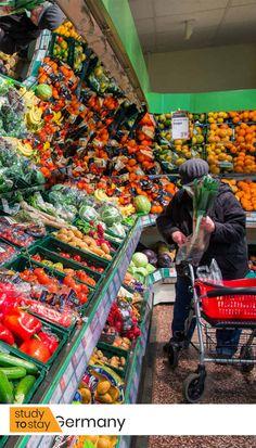 Сразу же предупреждаем: в праздники и по воскресеньям большинство магазинов не работает, а многие закрыты и по субботам❗Будьте готовы продумывать свое меню заранее.   Чтобы воспользоваться тележкой супермаркета, возьмите с собой мелочь в виде 1-2 евро или 50 евроцентов.   В автомате на входе Вы можете сдать пустую тару.  #германия #магазин #магазины #продуктовый #продукты #жизньвгермании #переездвгерманию #переездвевропу #европа