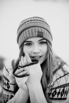 Black and White Beach Photography: Guide Take Better Photos – B & W Photography ltd Winter Senior Photography, Beach Photography, Portrait Photography, Black And White Beach, Beach Portraits, Winter Pictures, Portrait Inspiration, Black And White Photography, Cool Photos