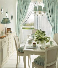 47 Cute Summer Dining Room Design Ideas If you have sliding doors in your dining room, consider decorating the interior / outdoor garden theme. You can wallpaper in a botanical pattern like . Home Interior, Interior Decorating, Interior Design, Classic Interior, Interior Paint, Interior Ideas, Muebles Shabby Chic, Casas Shabby Chic, Laura Ashley Home