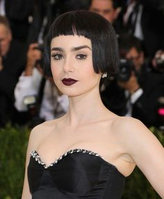 Lily Collins Transforms With a Graphic Dark Bob and Black Lipstick at the Met Gala Lily Collins Bob, Celebrity Hairstyles, Cool Hairstyles, Brunette Hairstyles, Latest Hairstyles, Makeup Looks 2017, Looks Teen, Bob Fosse, Red Carpet Hair
