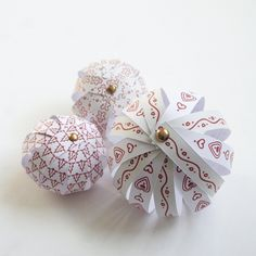 DIY: Weihnachtskugeln aus Papier