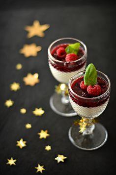 Panna Cotta de Baunilha com Frutos Vermelhos - http://gostinhos.com/panna-cotta-de-baunilha-com-frutos-vermelhos/