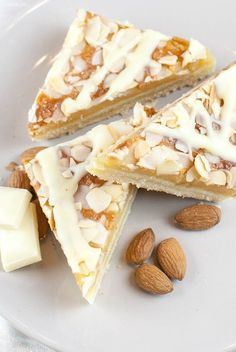 Weiße-Schoko-Marzipan-Schnitten mit Mürbeteig-Boden White chocolate marzipan slices with shortcrust pastry base Coffee & cupcakes bake Pastry Recipes, Baking Recipes, Cookie Recipes, Dessert Recipes, Tart Recipes, Cupcake Recipes, Bread Recipes, Food Cakes, Beaux Desserts