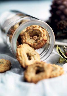 JUL: Vi har fundet mormors gamle opskrifter frem og byder julen velkommen med et fad af de mest populære småkager: pebernødder, klejner, vaniljekranse, håkonskager, jødekager, fedtebrød og brunkager.