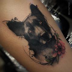 Tatuagem criada por Renata Henriques de São Paulo.  Cachorro em tons de preto e cinza.  #tattoo #tattoo2me #tatuagem #art #arte #design #colorida