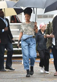 Rihanna on set of Ocean's Eight in Brooklyn today. #Ella