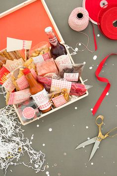 DIY Christmas Gift Baskets That Are Stuffed To The Brim With Adorable Christmas Gifts - Hike n Dip Homemade Gift Baskets, Gift Baskets For Men, Homemade Gifts, Cute Christmas Gifts, Christmas Gift Baskets, Homemade Christmas Gifts, Beautiful Christmas, Diy Food Gifts, Bbq Gifts