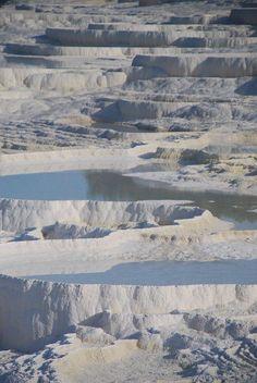 """Pamukkale. Junto con Hierápolis, está declarado Patrimonio de la Humanidad desde 1988. Al Sudoeste de Turquía en el valle del río Menderes, en la provincia de Denizli, se encuentra Pamukkale, (""""castillo de algodón"""" en turco) . Los movimientos tectónicos que tuvieron lugar en la depresión de la falla de la cuenca del río Menderes ocasionaron la aparición de numerosas fuentes de aguas termales. Fueron esas aguas, con su alto contenido en minerales — creta en particular — las que crearon…"""