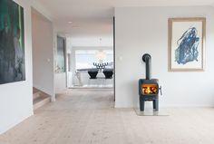 Jøtul F 105 LL er en vedovn med karakter som gjør mye ut av seg Small Apartment Layout, Small Apartments, Small Spaces, Home Budget, Diy On A Budget, Indoor Wood Burning Fireplace, Minimalist Window, Country Interior, Showroom