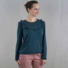 Ortense est une blouse tendance possédant un empiècement devant et un autre dans le dos ainsi qu'une boutonnière dont vous pouvez choisir l'emplacement. Pour des tissus extensibles, vous pouvez aus...