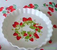 strawberries, vintage and linens Strawberry Quiche plate {Good Will} Wilendur strawberry tab. Strawberry Kitchen, Strawberry Recipes, Strawberry Patch, Strawberry Shortcake, Strawberry Pictures, Pie Eating Contest, Fresco, Vintage Dachshund, Red And White Kitchen