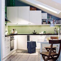 Küche mit Dachschräge, blaue Wand, Regalbrett