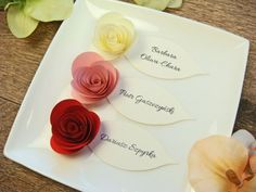 winietki z papierowymi różyczkami