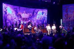 awesome Fidele Zunftbrüder feiern mit Frack und Kostüm
