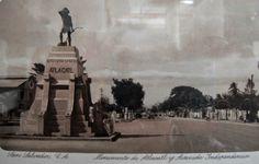 Monumento Atlacatl cuando todavia estaba ubicado en Avenida Independencia en San Salvador.