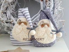 RESERVIERT Zwei süsse Nikolause zum Aufhängen! Ausführung ein Nikolaus dunkelrot mit hellen Punkten ein Nikolaus rot/weiß gestreift ohne Tasche auf der Rückseite Aufhängeband...