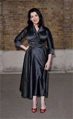 Nigella is fabulous but this shiny fabric is not good on her. Celebrity Red Carpet, Celebrity Beauty, Celebrity Style, Nigella Lawson Age, Beautiful Women Over 40, Curvy Girl Outfits, Muslim Fashion, 1950s Fashion, Satin Dresses