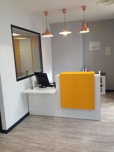 Nouvelle agence immobilière à Voiron - Offistyle Small Office Design, Office Table Design, Reception Desk Design, Dental Office Design, Office Furniture Design, Small Reception Desk, Bureau Design, Waiting Room Design, Medical Office Decor