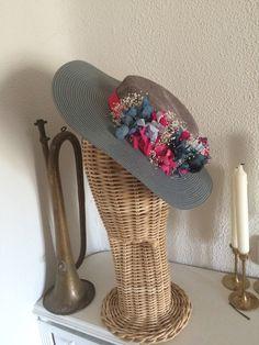 Sombrerito gris con flores preservadas en tonos azules y fucsias #CarideNicolasTocados www.caridenicolas.com
