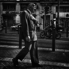 En descendant la Canebière #people of the #street #marseille #canebiere #bnw #bnw_europe #bnwlife #bnwlovers #marseillerebelle #massalia #streetphotography #instamarseille #planet temars #laviesurmars #streetphoto