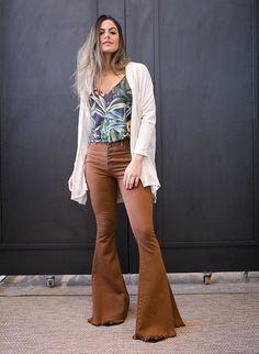 8b6ab1d5e3 A calça flare tem sido um modelo super querido por muitas celebs e  fashiongirls