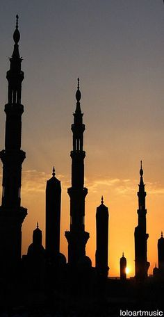 Silhouette of the Prophet's Mosque at Sunset, Al-Madinah, (Saudi Arabia). All praise due to Allah, Most Gracious, Most Merciful. Al Masjid An Nabawi, Masjid Al Haram, Islamic Architecture, Art And Architecture, Architecture Wallpaper, Beautiful Mosques, Beautiful Places, Monuments, La Ilaha Illallah