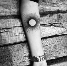 Tatouage, soleil, avant bras, encre noire. Balazsbercsenyi