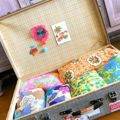 Organizing my vintage fabrics in an old suitcase - Photo by hipaholic