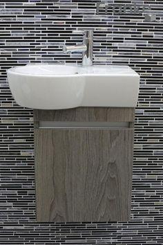 Kleine platzsparende Lösung ausgestattet mit einem Keramik Waschtisch, Möbel in vielen verschiedenen Farben, hier mit dem tollen Mosaik Quartz Black www.franke-raumwert.de #Waschtisch #platzsparend #Mosaik