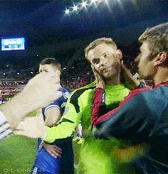 Thomas Mülller kissing Manuel Neuer. Aawww :)