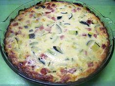 La meilleure recette de Quiche sans pâte aux courgettes. recette  de la tite moi.! L'essayer, c'est l'adopter! 5.0/5 (2 votes), 6 Commentaires. Ingrédients: 2 courgettes (environ 400 g), 20 cl crème fraîche, 40 g de parmesan râpé, 2 œufs, 150g de dés de jambon, 20 g de semoule, sel et poivre.  Préparation:  Faire bouillir 20 cl d'eau.  Couper les courgette en dés.  Plonger les courgettes dans l'eau et faire bouillir à nouveau. Ajouter également la semoule en pluie et mélanger.. Laisser cuire…