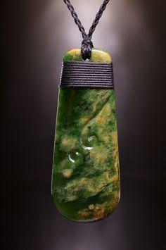Symbol Schmuck Anhänger Toki aus Neuseeland Jade als Zeichen eines Handwerkers und Künstlers.