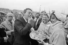 Minister Braks (Landbouw en Visserij) krijgt haring aangeboden door vrouwen in Scheveningse klederdracht - NL-HaNA Anefo 932-6023 WM498 - Vlaggetjesdag - Wikipedia #ZuidHolland #Scheveningen