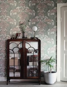 Home decor - Blommiga tapeter, art nouveau och en färdig hall (Emmas Vintage) Decoration Hall, Interior Room Decoration, Interior Design Living Room, Modern Interior, Living Room Decor, Diy Home Decor, Interior Decorating, Living Rooms, Art Nouveau Interior
