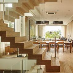 Escadas, escada em Marmore travertino, revestida em todas as faces, estilo cascata, pé direito de 4m.