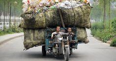 Foto: Un vehículo de tres ruedas cargado de botellas de plástico reciclables en la provincia de Shanxi. (Reuters)