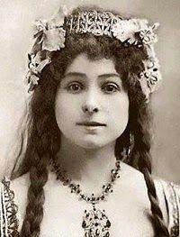 Alexandra David-Néel fue cantante de ópera, vivió en una cueva, atravesó desiertos y montañas y entró en la ciudad prohibida de Lashma. Aquella muchacha nacida en una familia de la burguesía decimonónica, tuvo una vida longeva, superó los cien años, dedicada a la meditación, la filosofía y el estudio del budismo.