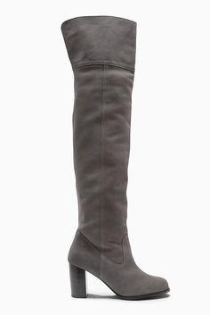 Lässiger kniehoher Stiefel aus Leder  Obermaterial: Leder. Futter und Decksohle: Leder/sonstiges Material. Außensohle: sonstiges Material.  ...