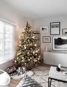 Modern Minimal Christmas Tree - Homey Oh My Simple Christmas decor Decoration Christmas, Christmas Tree Themes, Noel Christmas, Holiday Decor, Christmas Tree Inspo, Xmas, Minimalist Christmas Tree, Minimal Christmas, Simple Christmas