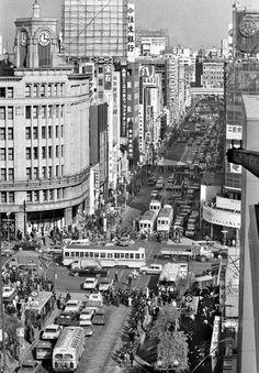 銀座4丁目交差点 | 写真展 東京の半世紀 -定点観測者としての通信社- 主催|公益財団法人 新聞通信調査会 Retro Pictures, Old Pictures, Old Photos, Vintage Photos, Japan Landscape, Showa Era, The Old Days, Tokyo Japan, Historical Photos