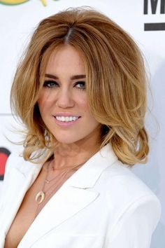 <3 Miley Cyrus her hair looked nice like this it made here look perfeshional
